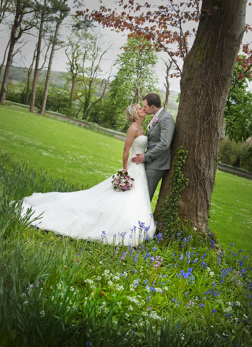 coed-y-mwstwr-wedding-photographers-couple-kissing-tree-coed-y-mwstwr-hotel-wedding-photographer